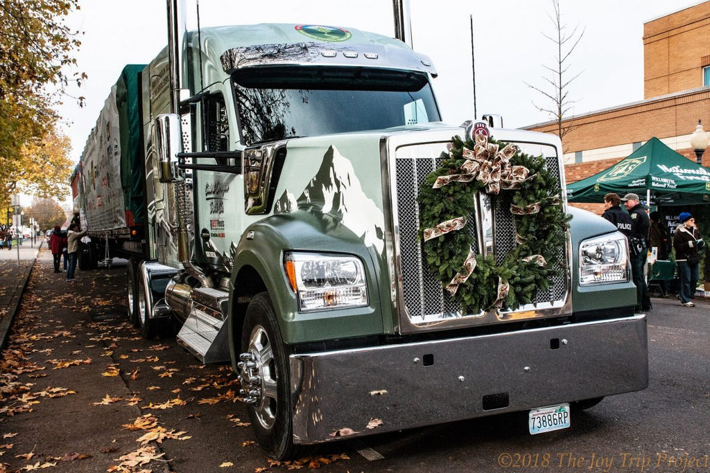 Kenworth W990 Begins Transport of U.S. Capitol Christmas Tree to Washington, D.C., Following Harvest