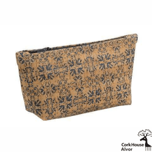 This large pouch features a navy zipper, which matches the Alvor pattern on the natural cork fabric. The traditional navy tile pattern matches most styles.
