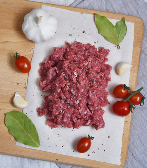 Load image into Gallery viewer, Beautifully minced NZ Grass-fed Angus Beef Mince seasoned with garlic, tomatoes and bay leaves