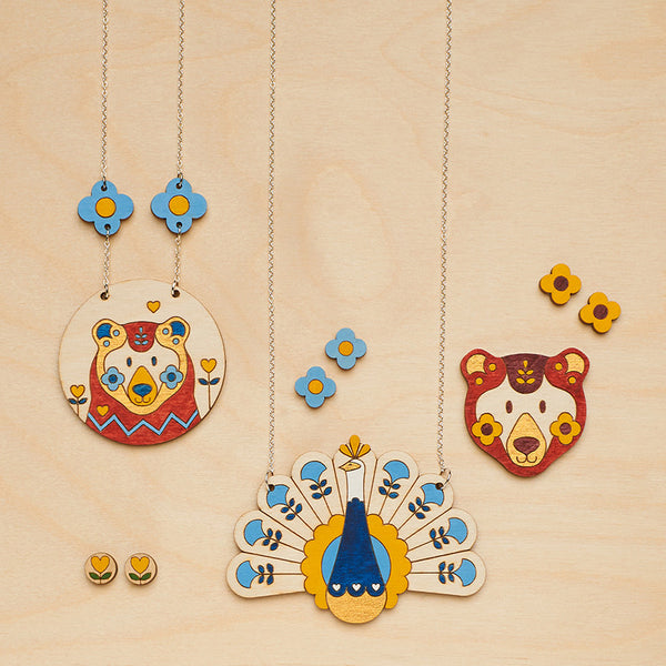 Bear necklace | Autumn jewellery |Animal jewellery | Scandinavian design | Daisy flowers | Colourful jewellery | Oolala Design
