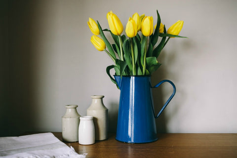 collectie.co.uk Blue enamel jug vase with tulips