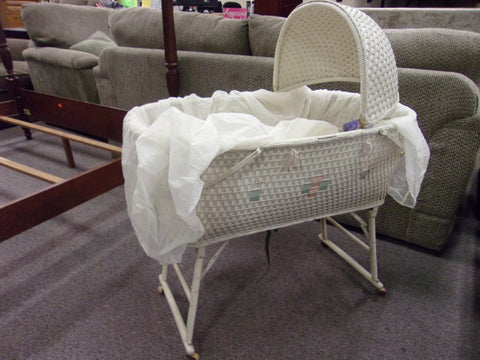 Baby bassinet with yarn doll 21081