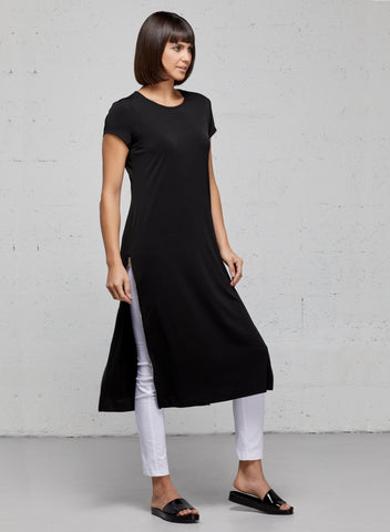 Devia side zip travel dress. Mid-length short sleeve travel dress in black