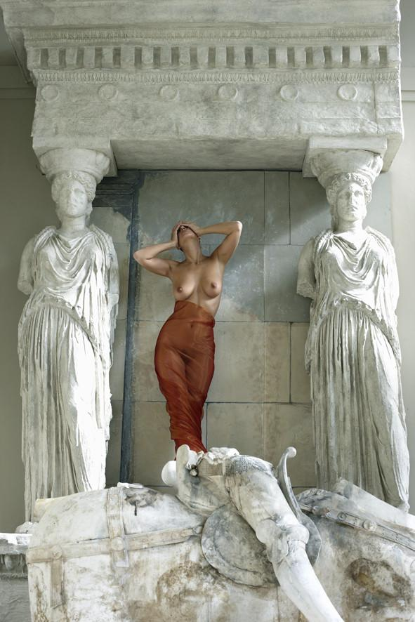 Between two statues by John Swannell - 2011 - A Modern Grand Tour