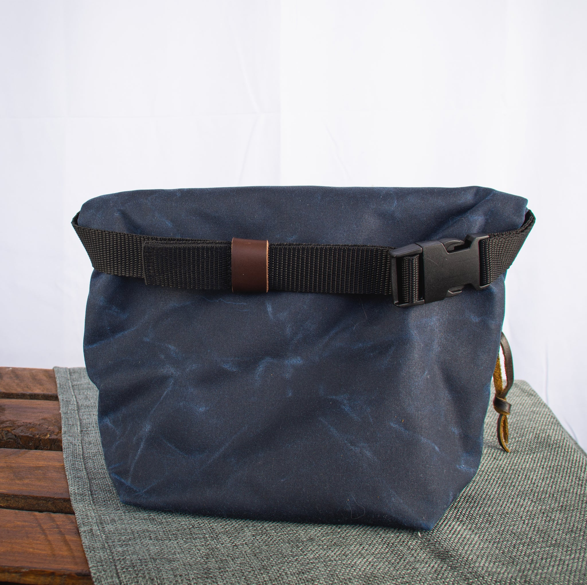 Fiadhaich Waxed Canvas Boulder Bucket - Navy/Green