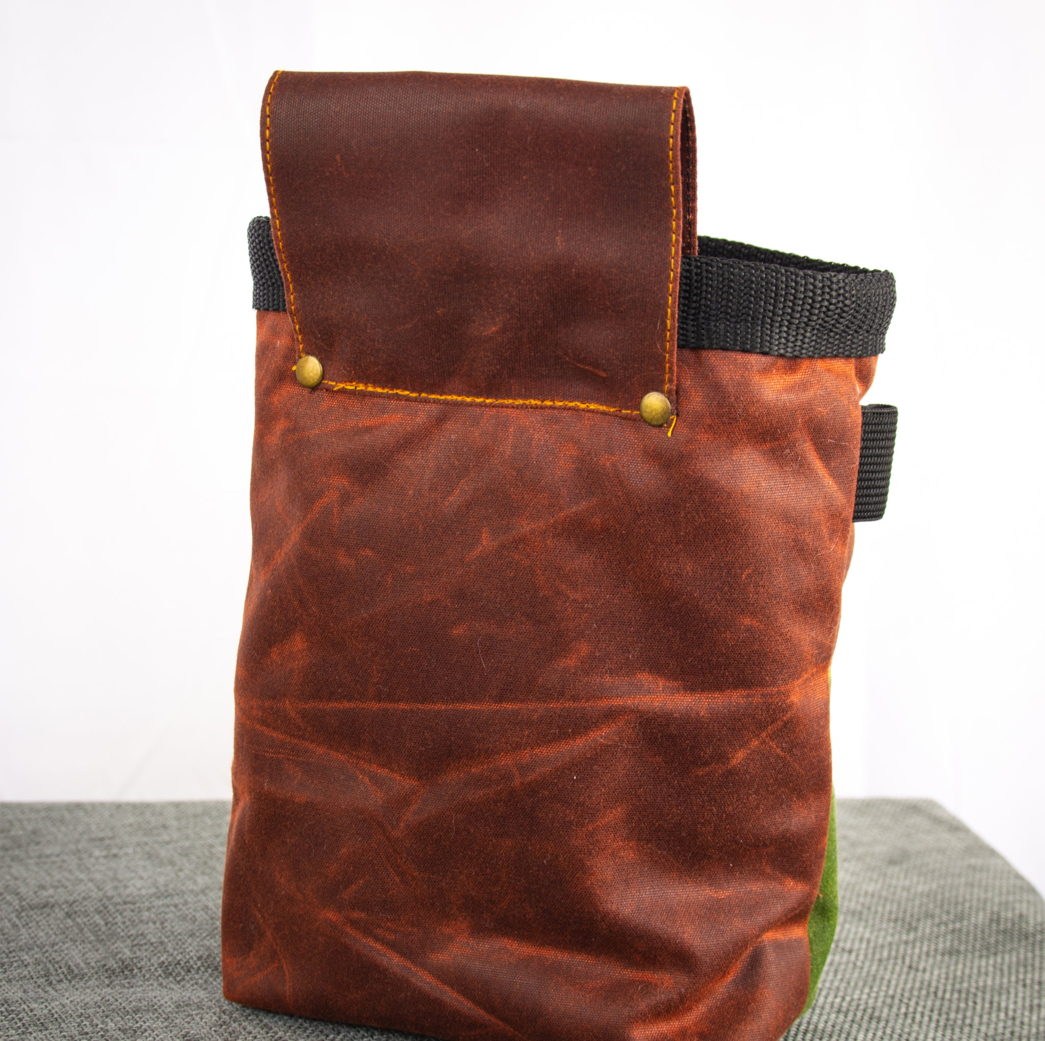 Fiadhaich Waxed Canvas Chalk Bag - Rust/Green