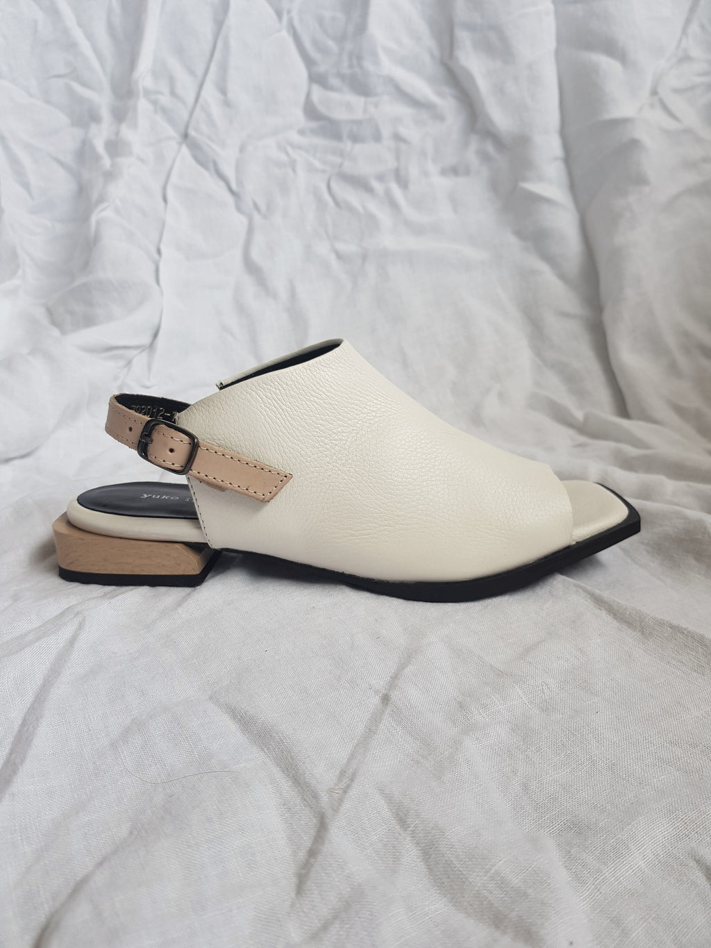Shop Yuko Imanishi 792012-1 white sandals online hunterminx