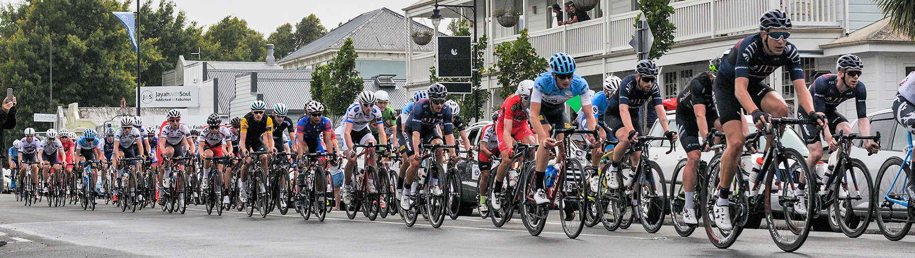 The peloton on stage 4 of the New Zealand Cycle Classic