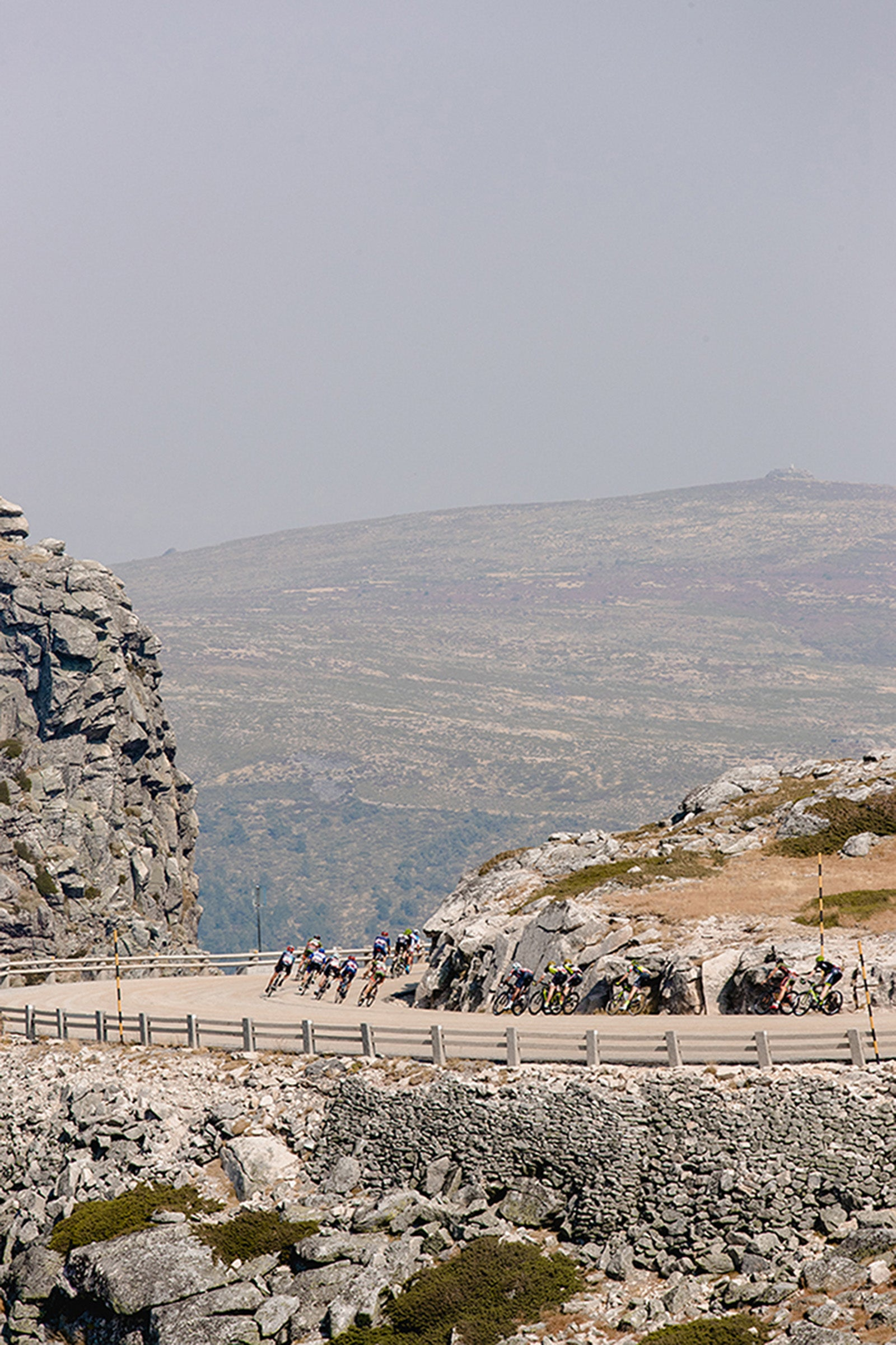 The peloton descends during the Tour of Portugal