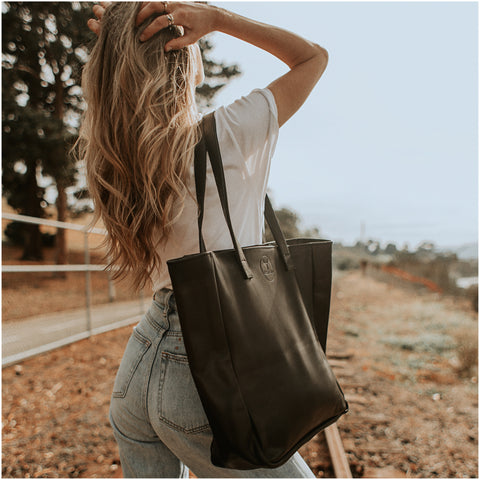 OVERSIZED LEATHER TOTE