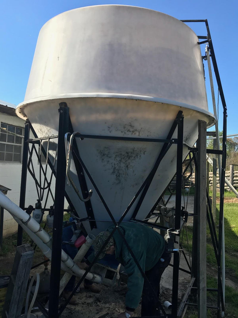 Listing #DD1588 - 8 Ton Poly Tank and Flex Auger Feeding System