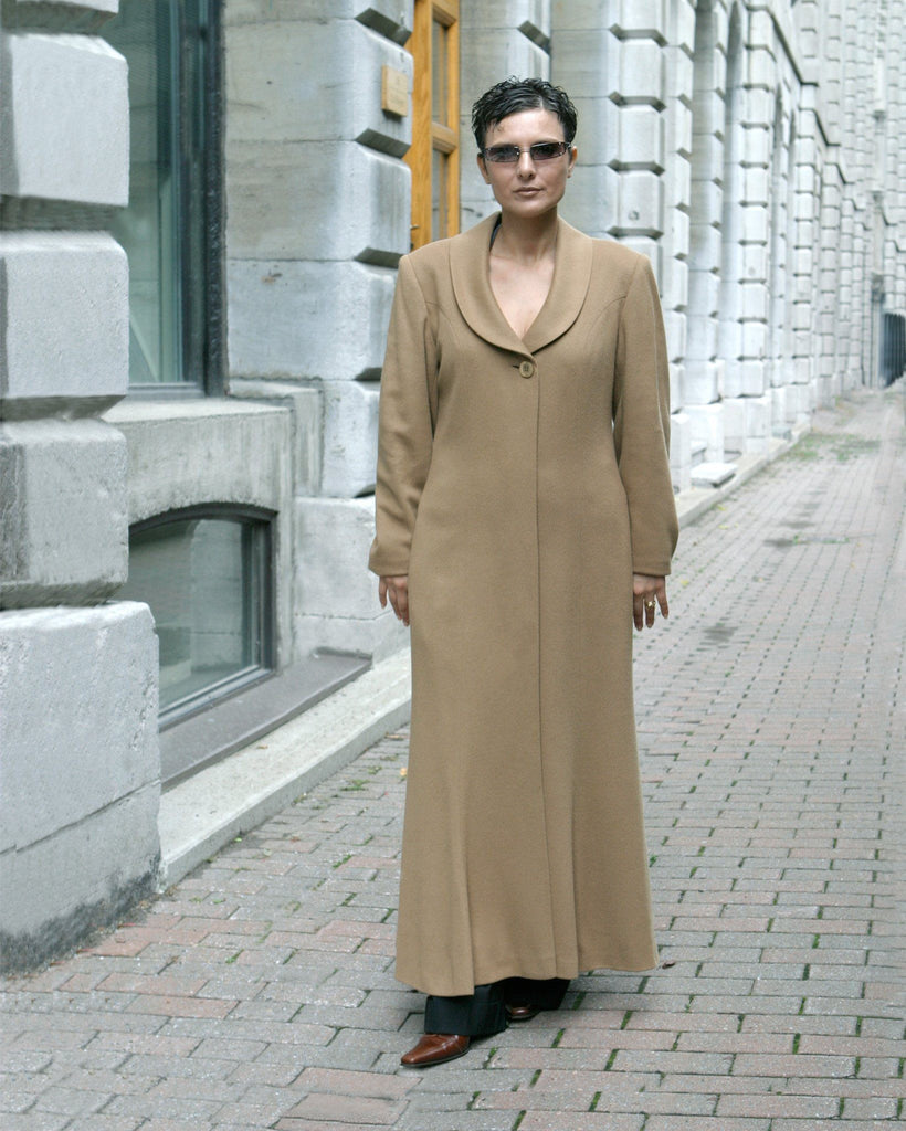 Cashmere coat with hidden buttons.
