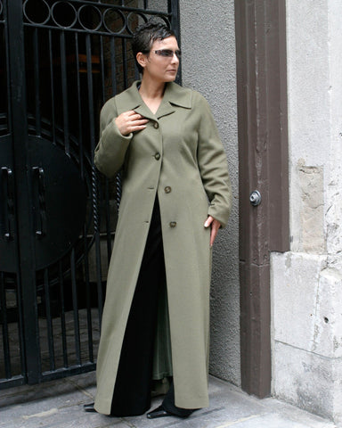 Curved collar cashmere coat. Sophistiqué