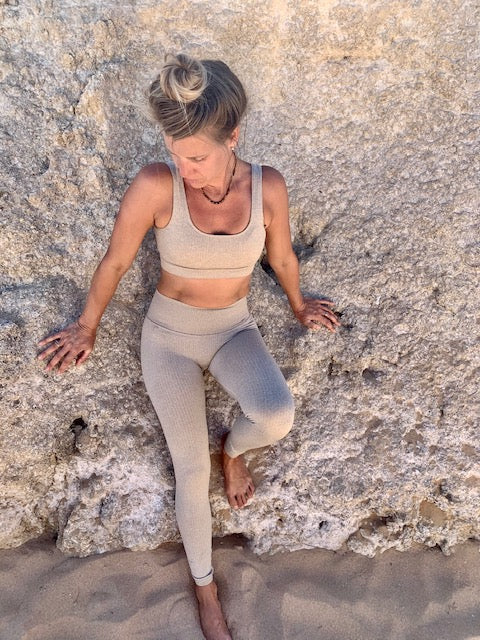 OHMAT YOGA legging top highwaist secondyogakleding, yoga clothing, ohmat, yoga hippie, quality yoga clothing, sustainable yoga clothing, stylish yoga clothing, blak yoga clothing, khaki yoga clothing, yogamat, yoga studio, yogalegging, yogatop, yoga set, high waist yoga legging, high waist