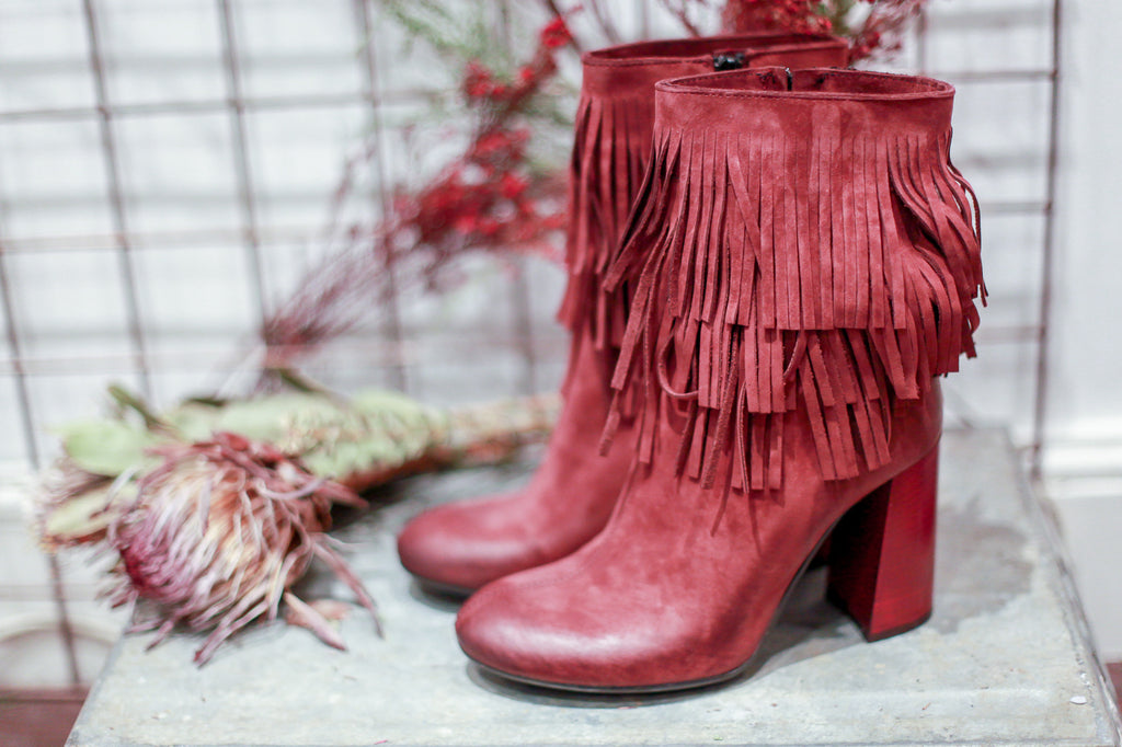 Fringed nabuk plum ankle boots. Made in Italy. 100% Leather.