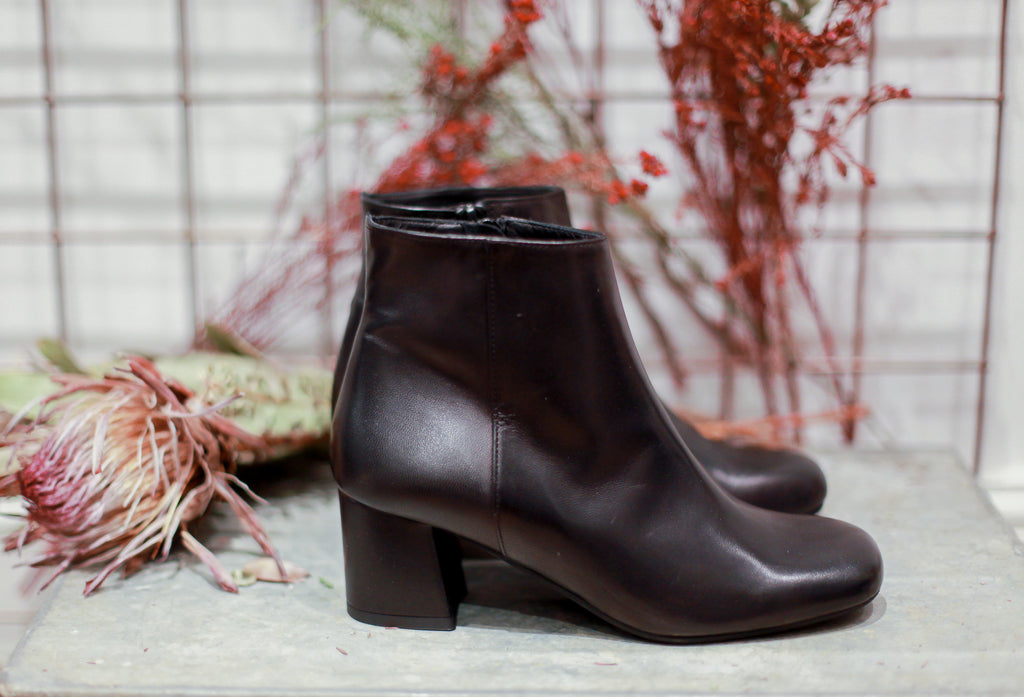 MOLLY Portamento ankle boots in soft black leather. Made in Italy. 100% Leather.