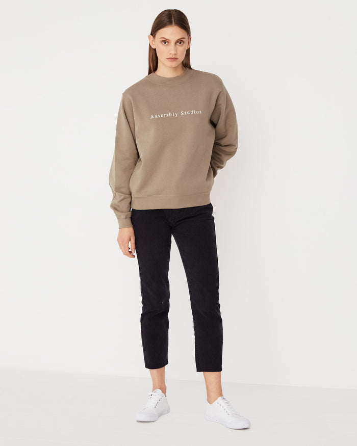 Serif Fleece Pullover Olive, assembly label