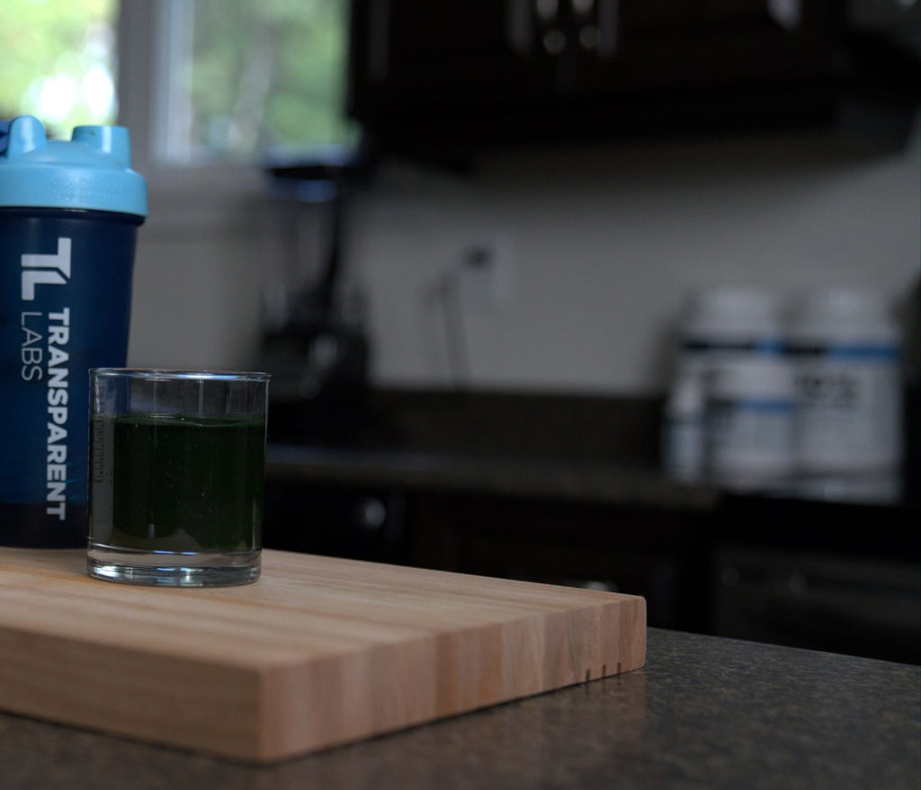 When to take BCAAs: green smoothie with waterbottle in kitchen