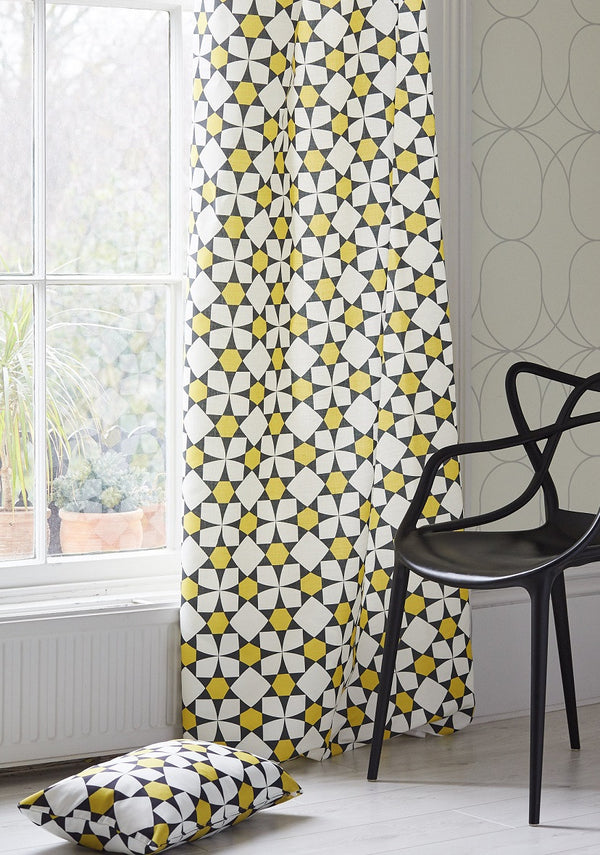 Image of a corner in a room with Nocturn Vanilla wallpaper and Inlay Ochre curtains.