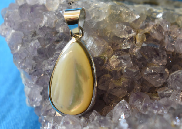 Mother of Pearl Tear Drop Pendant (925)