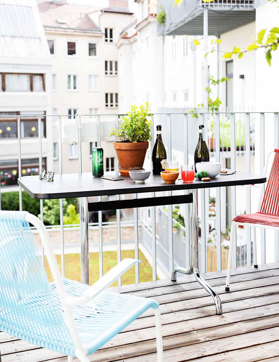 indiangoodsco_blog_design_inspiration_hometour_vienna_claudiarockstroh_carlosperez_historic apartment_whitefloors_art_balcony11