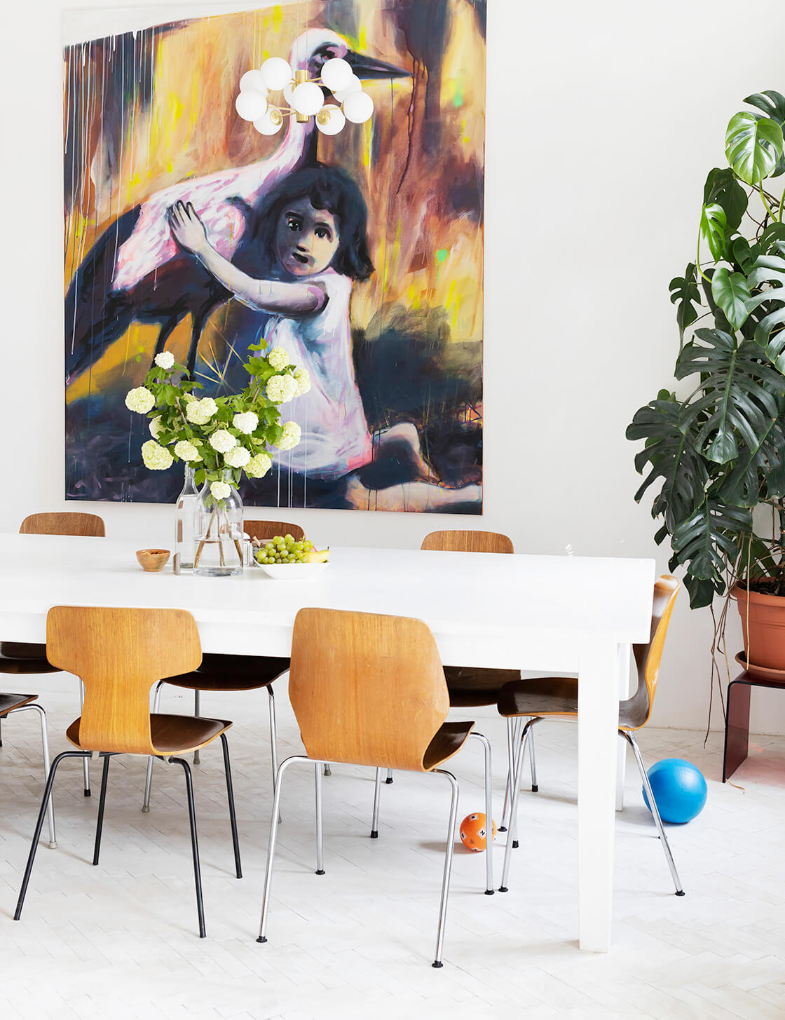 indiangoodsco_blog_design_inspiration_hometour_vienna_claudiarockstroh_carlosperez_historic apartment_whitefloors_art_diningroom_3