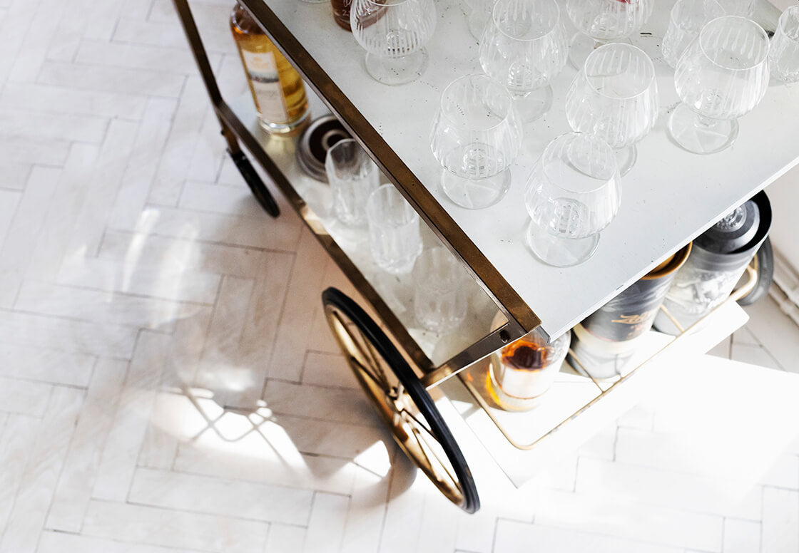 indiangoodsco_blog_design_inspiration_hometour_vienna_claudiarockstroh_carlosperez_historic apartment_whitefloors_art_diningroom_bar_10