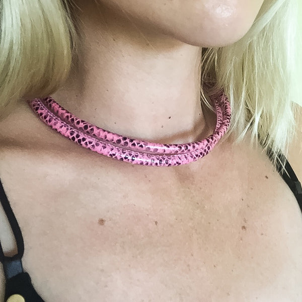 Two-in-one pink snake effect leather choker and double bracelet | KRISTINAGOESWEST.COM  - 6