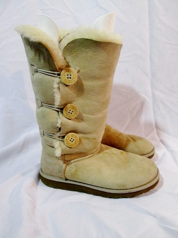 Womens UGG AUSTRALIA 1873 BAILEY BUTTON TRIPLET Suede BOOTS SAND 8 Beige