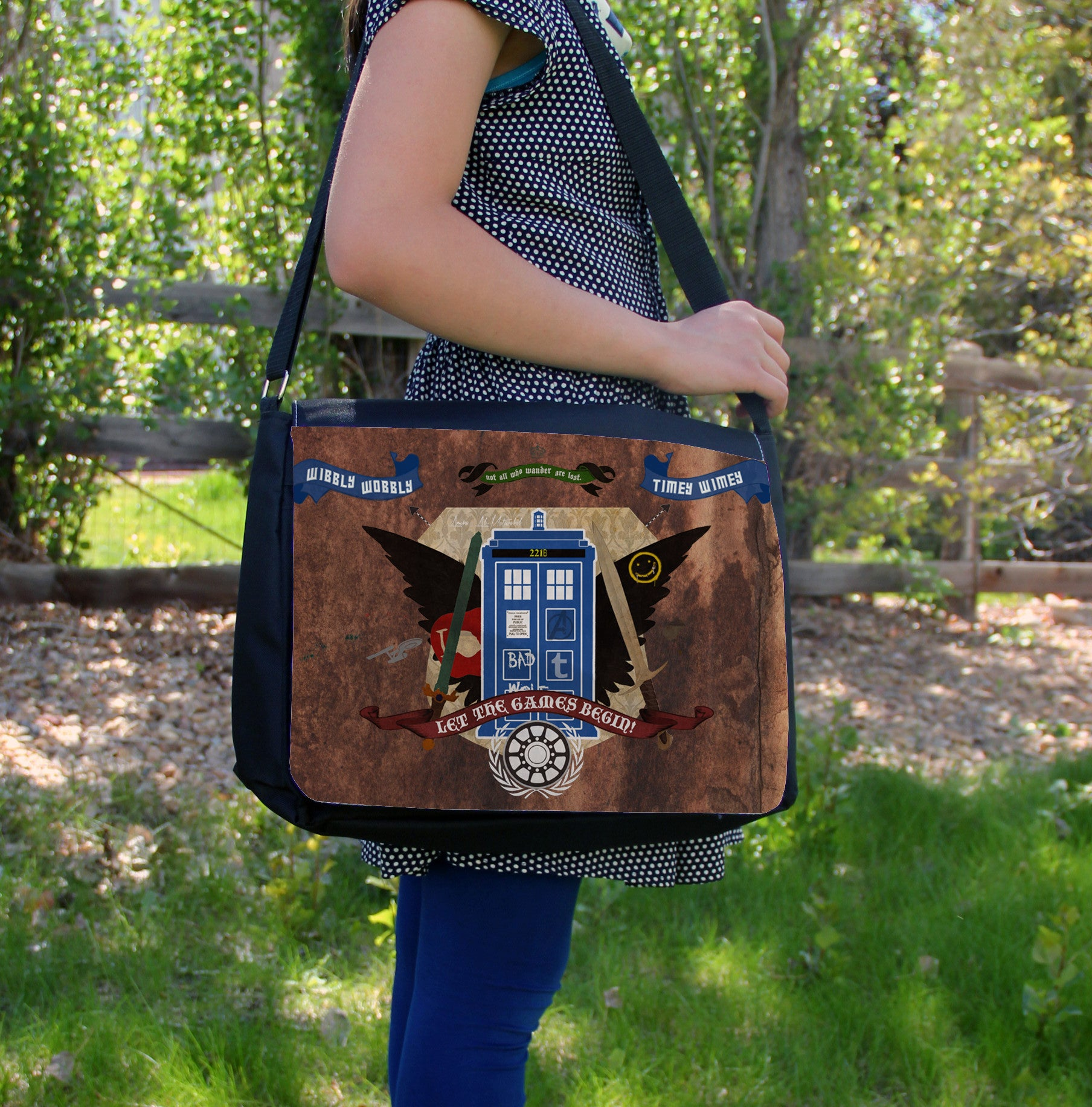 """Crest of the Fandoms"" Laptop Bag - Consulting Fangeeks - 1"
