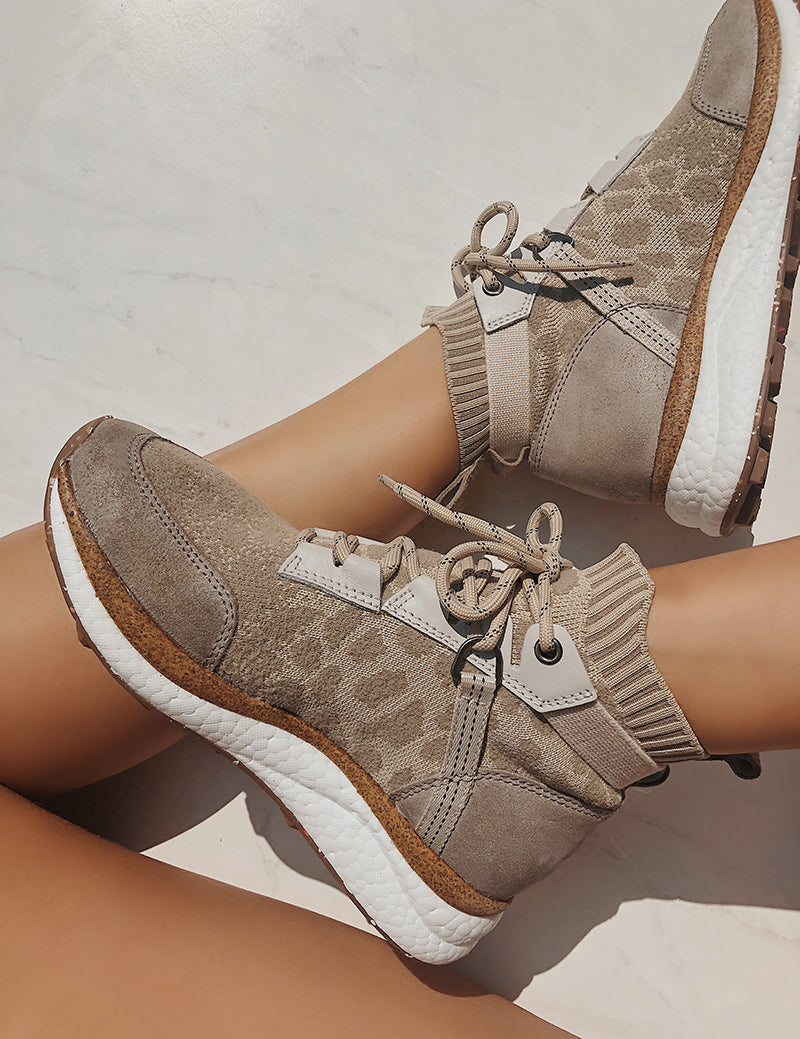 womens comfortable travel sneakers