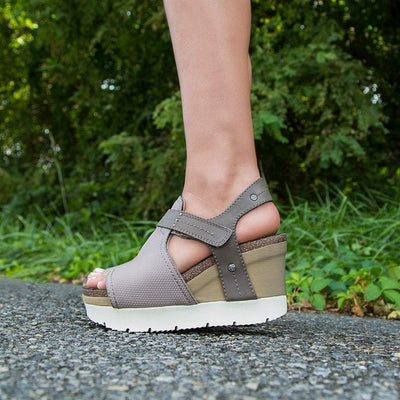 Womens OTBT wedge sandal waypoint in cacao close up