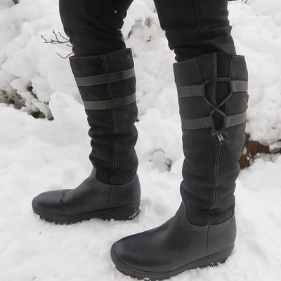 womens outdoor travel boots move on in black blogger closeup