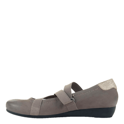 Womens flat Anora in Atmosphere side view