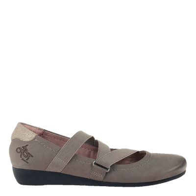 Womens flat Anora in Atmosphere outside view