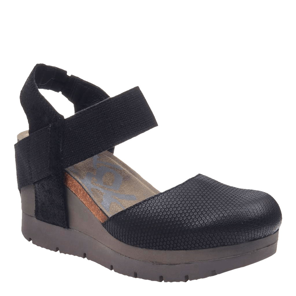 Womens closed toe wedge carry on black