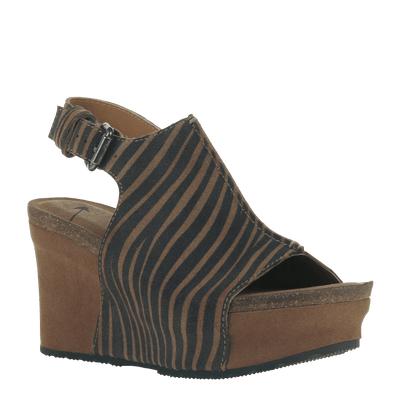 Women wedge jaunt in tan