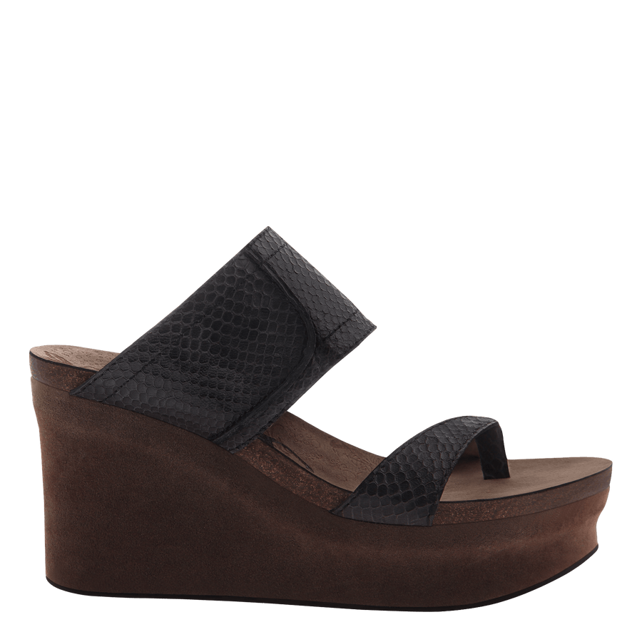 Brookfield womens wedge in black scale original view