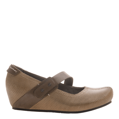 Salem women's closed toe wedge in hickory brown side view