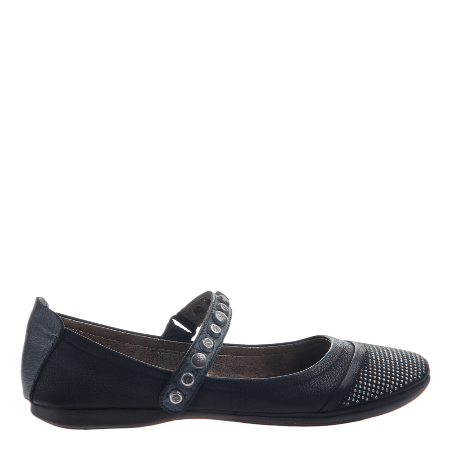 Protestor women's flat in black