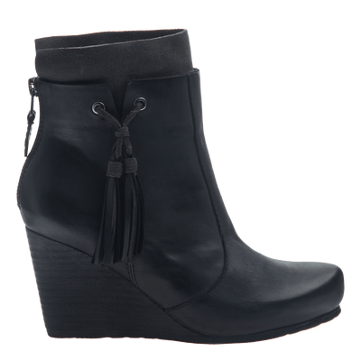 0e504ccce2306 Women s wedge ankle bootie the vagary in black side view