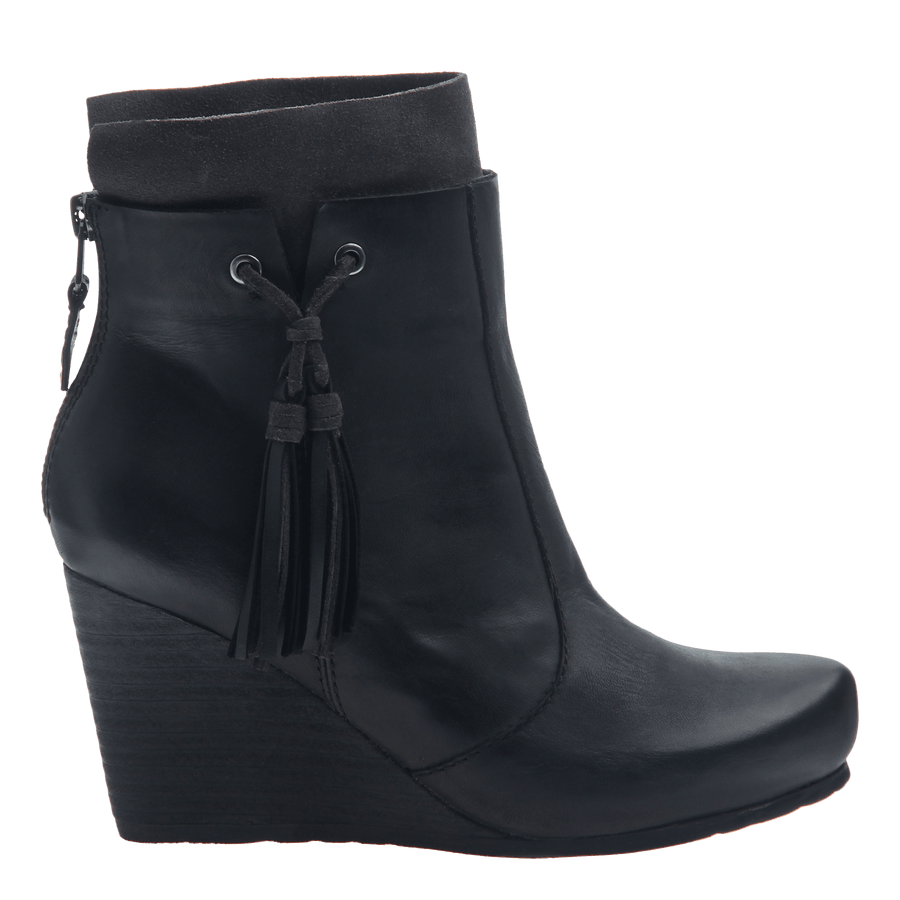 Women's wedge ankle bootie the vagary in black
