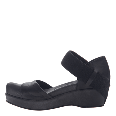 Womens closed toe wedges wander out in black inside view