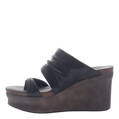 Womens wedge tailgate in black inside view