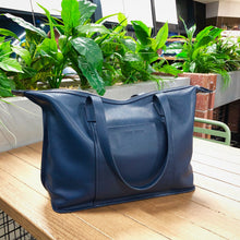 sophia tote in crepe blue on a table at a cafe