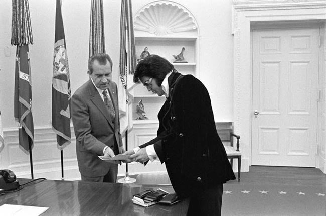 Boscutti - Elvis Presley - President Richard Nixon admires a portrait of Elvis Presley with his daughter Lisa Marie Presley in the oval office