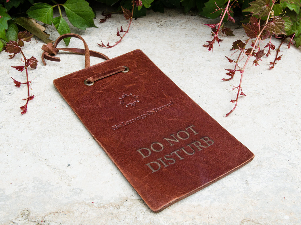 Do Not Disturb sign in leather / <i> Sinal Do Not Disturb em pele</i>