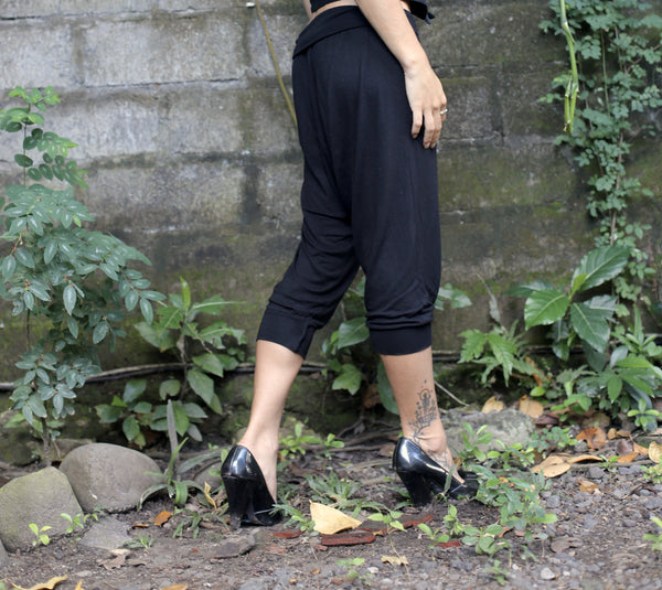 Very soft and comfortable 3/4 length harem pants made of bamboo. Front pockets, low crouch, 3/4. Bamboo Lycra (90% Certified Oeko-tex Bamboo / 10% Lycra). Slow and sustainable fashion.