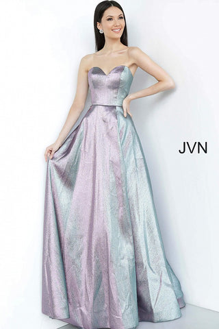 JVN3775 is a Long Iridescent Shimmer Prom Dress. Featuring a strapless sweetheart neckline with a Full Skirt & Train. High Slit in the front of the skirt. Absolutely Stunning Color Changing Fabric!