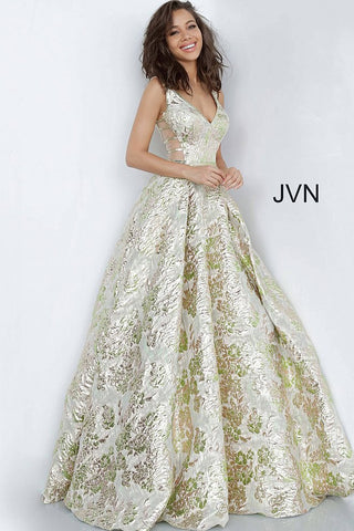 Jovani JVN 3809 is a long Green & Gold Metallic Shimmer Brocade Fabric Ballgown. This Prom Dress Has a full Pleated skirt with a stunning metallic foil Floral Print. Fitted V Neck Bodice with an open V Back. Stunning Formal Evening Gown! JVN3809